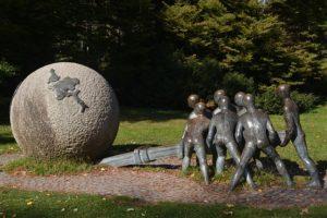 Sculpture by Xavier the Fraissinette titled Ensemble pour la Paix et la Justice.